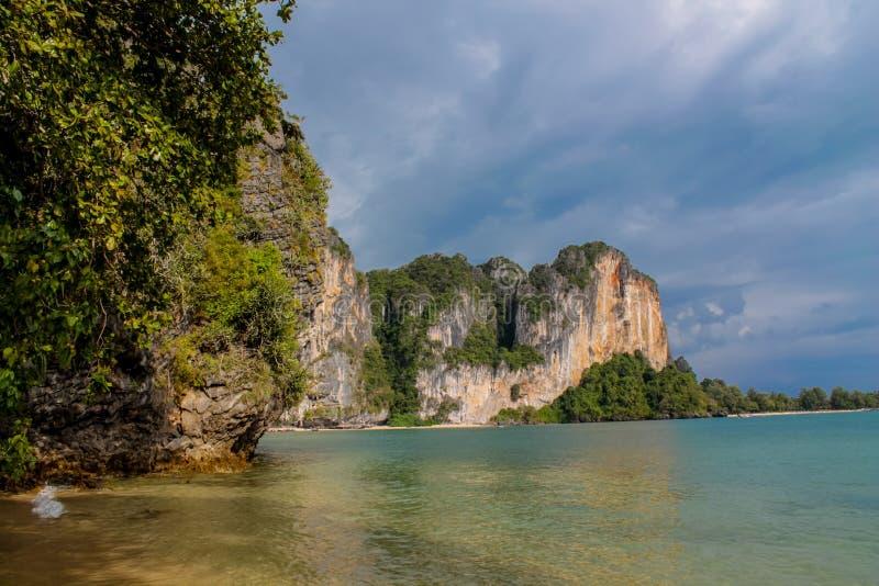 Île de roche de chaux en mer d'Andaman Thaïlande photos libres de droits