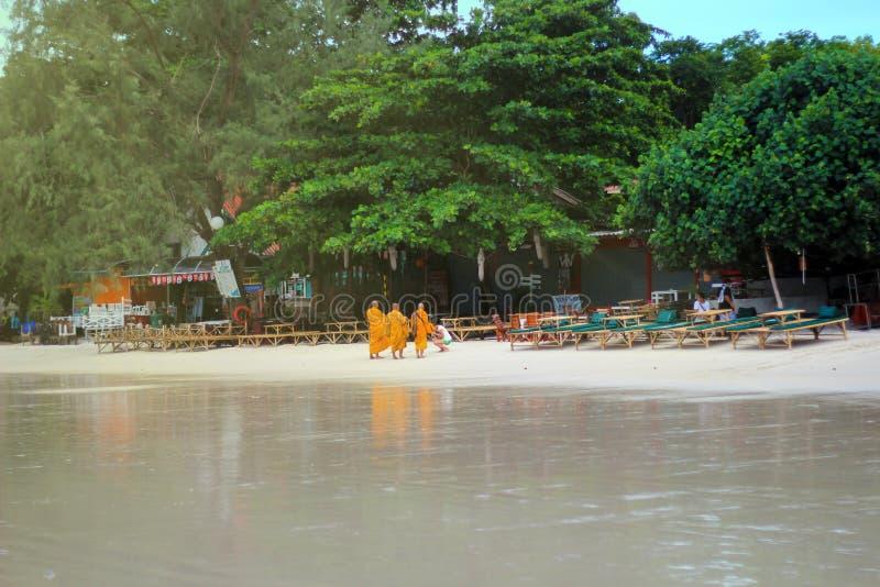Île de Samed, Thaïlande - 26 mai 2013 : Les moines d'arbre étaient nourriture reçue d'une dame thaïlandaise tandis que sortez pen images libres de droits