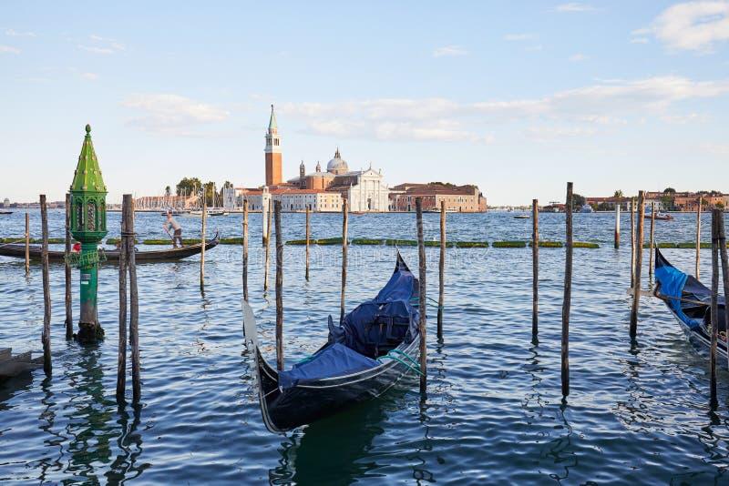 Île de San Giorgio Maggiore, bateaux de gondole à Venise photos libres de droits