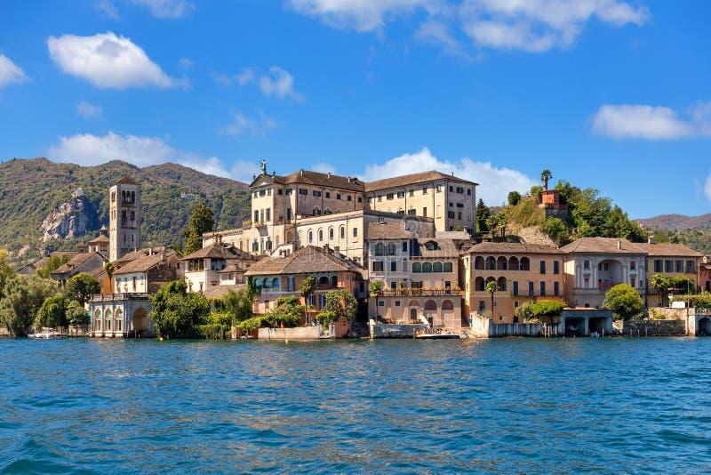 Île de San Giulio sur le lac Orta en Italie photographie stock libre de droits