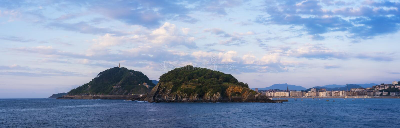 Île de Santa Clara avec de l'eau bleu dans la ville de San Sebastian photos stock