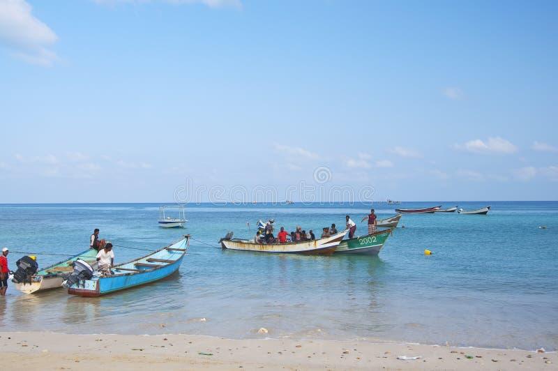 Île de Socotra, Yémen, le 9 mars 2015 pêcheurs ruraux sur la plage dans des bateaux se préparant à la pêche photos stock