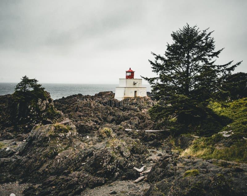 Île de Vancouver de côte ouest de phare près de Canada de Colombie-Britannique d'Ucluelet sur la traînée Pacifique sauvage photos stock
