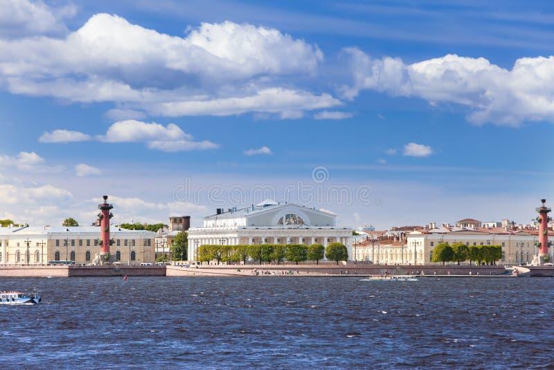 Île de Vasilevsky et fléaux Rostral. Pétersbourg. image libre de droits