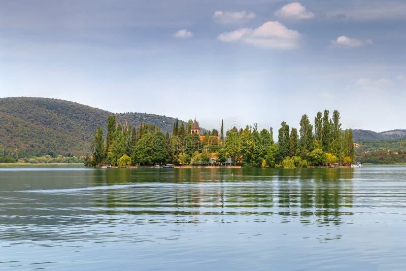 Île de Visovac en parc de Krka, Croatie image libre de droits