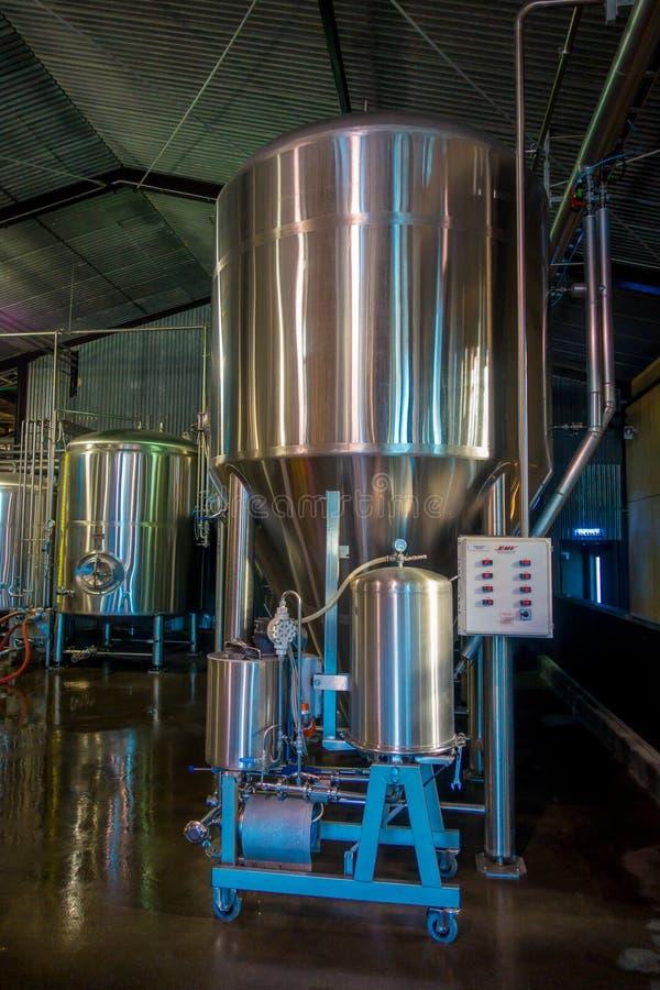ÎLE DU SUD, LA NOUVELLE ZÉLANDE 25 MAI 2017 : Usine moderne de bière, réservoirs en acier pour la fermentation de bière et matura images stock