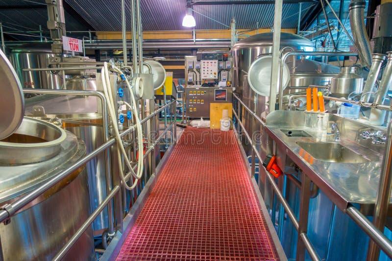 ÎLE DU SUD, LA NOUVELLE ZÉLANDE 25 MAI 2017 : Usine moderne de bière, réservoirs en acier pour la fermentation de bière et matura photo libre de droits