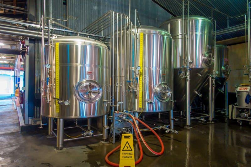 ÎLE DU SUD, LA NOUVELLE ZÉLANDE 25 MAI 2017 : Usine moderne de bière, réservoirs en acier pour la fermentation de bière et matura image libre de droits