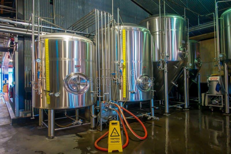 ÎLE DU SUD, LA NOUVELLE ZÉLANDE 25 MAI 2017 : Usine moderne de bière, réservoirs en acier pour la fermentation de bière et matura photographie stock libre de droits