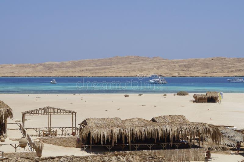 Île et plage sablonneuse sur la Mer Rouge photo stock