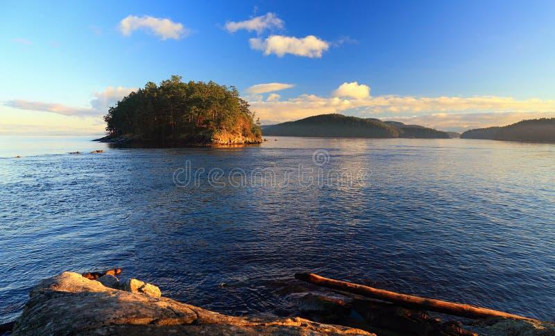 Île Georgeson de Campbell Point à Bennett Bay dans le parc national des Îles-Gulf, Mayne Island, Colombie-Britannique, Canada photo libre de droits