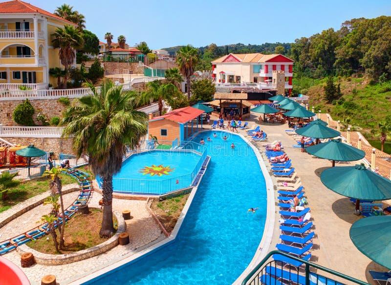 ÎLE GRÈCE DE ZAKYNTHOS, LE 6 JUIN 2016 : Vue sur le restaurant de barre de piscine d'hôtel, touristes, invités, parc aquatique d' images stock