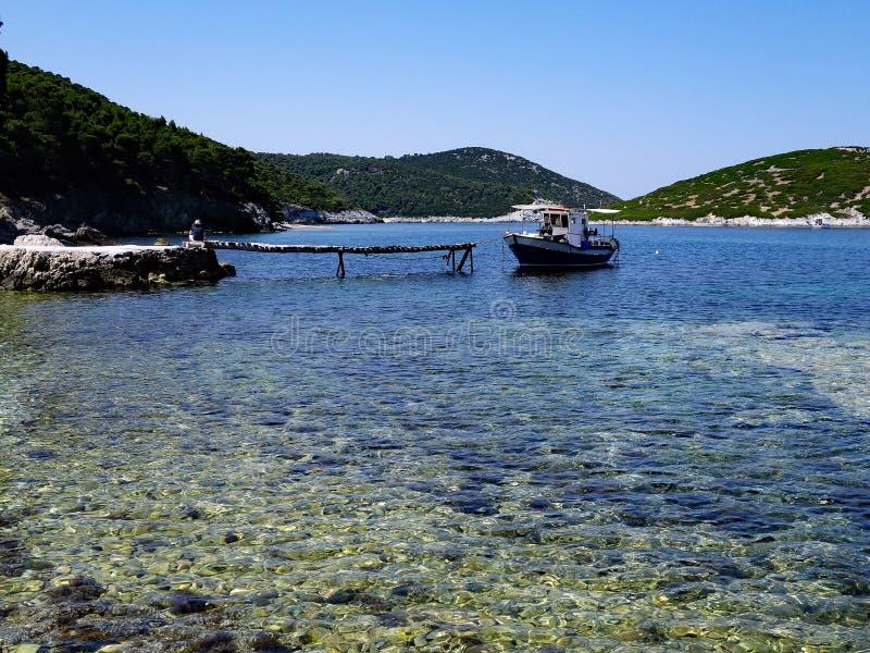 Île grecque, l'eau transparente image stock