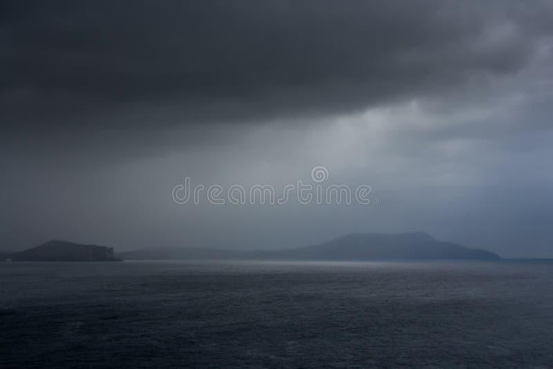 Île isolée dans le brouillard photos stock