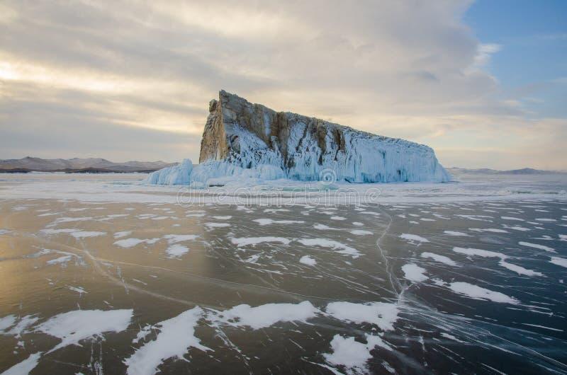 Île le lac Baïkal retenu par les glaces photo stock