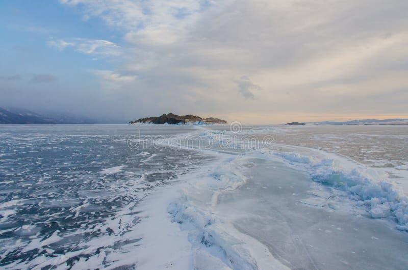 Île le lac Baïkal retenu par les glaces image libre de droits
