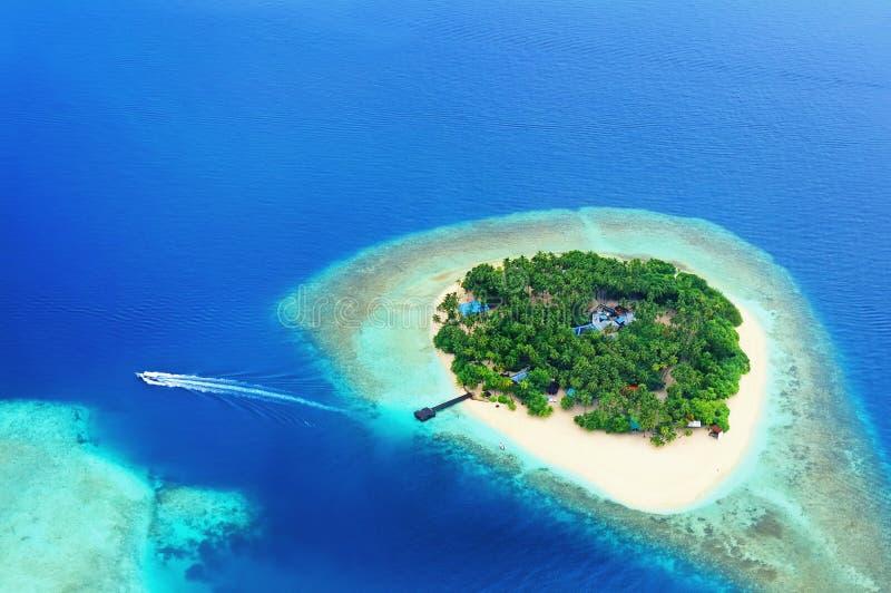 Île lointaine dans l'océan image libre de droits