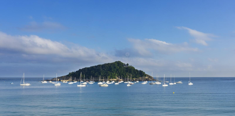 Île, paradis bleu, île Santa Clara devant la ville de San Sebastian images stock