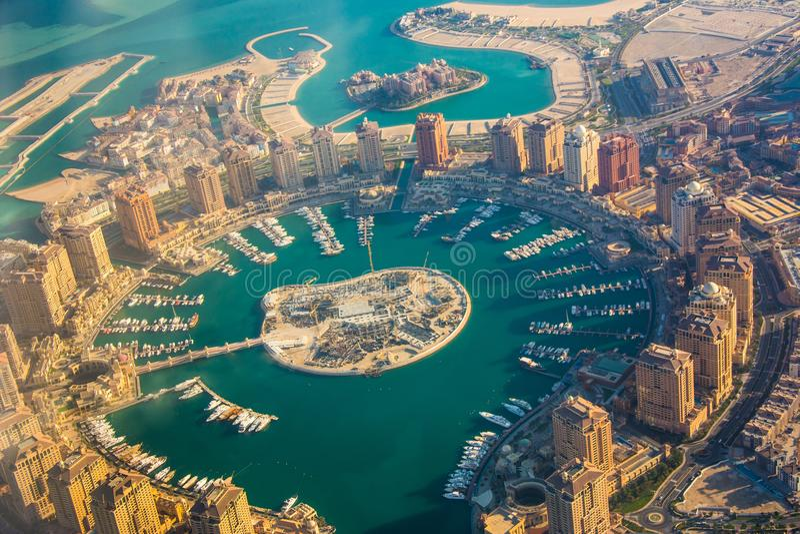 Île riche du Perle-Qatar d'immobiliers dans Doha par le hublot d'avion, vue aérienne photos stock