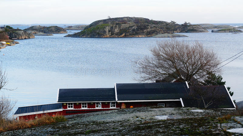 Île rocheuse sur le fjord image stock