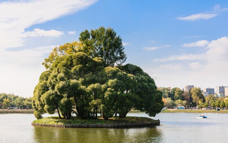 Île ronde sur l'étang supérieur en parc Tsaritsyno image libre de droits