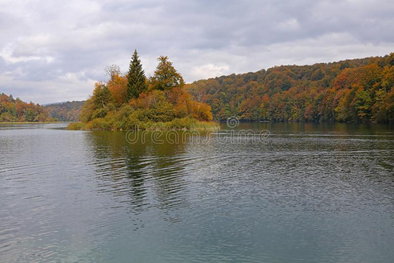 Île sur le lac de mountin en automne photographie stock