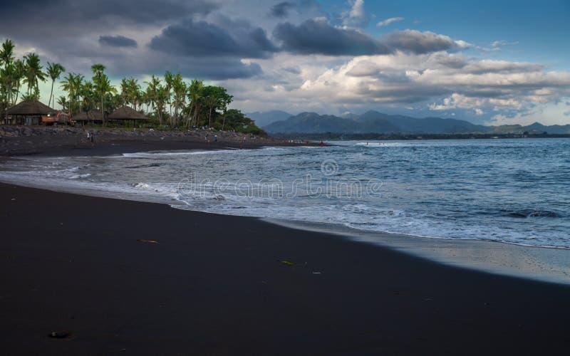 Île tropicale de plage noire de sable photographie stock