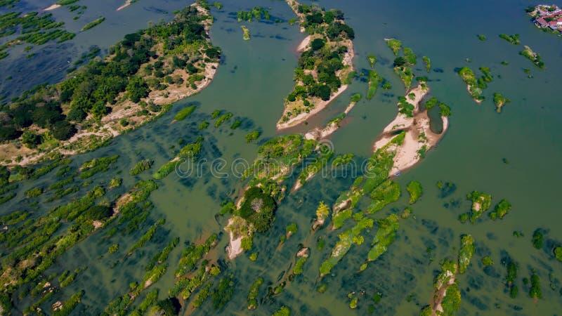 Îles arénacées vertes dans le tir aérien du Mekong, SI Phan Don, Laos images stock
