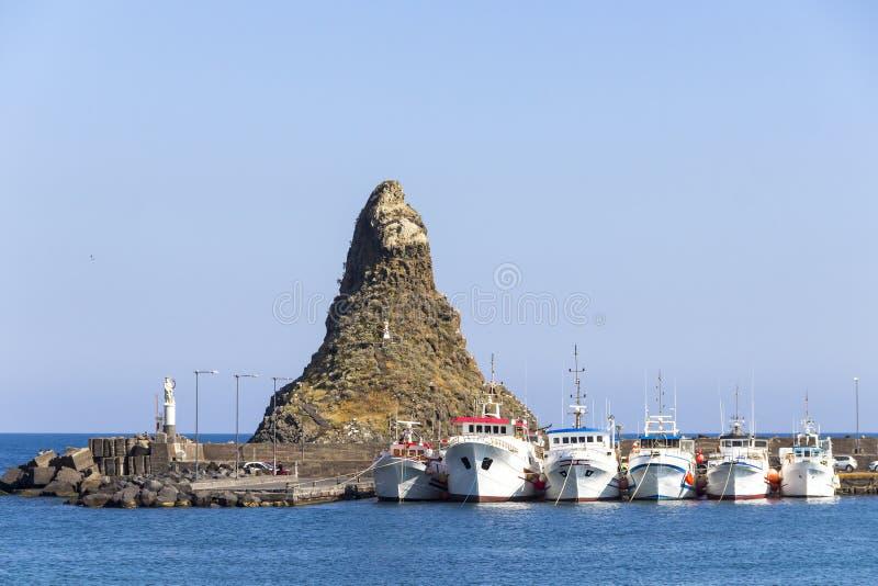 Îles cyclopéennes dans l'interception commandée en vol Trezza, Catane, Sicile, Italie images stock
