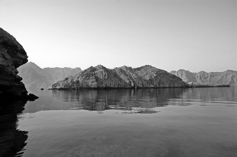 Îles dans le compartiment de Musandam images stock