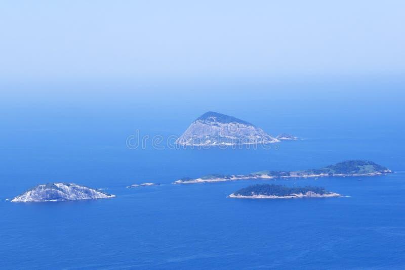 Îles de Cagarras outre de plage d'Ipanema en Rio de Janeiro, Brésil photographie stock