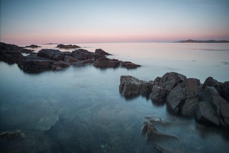 Îles des pierres Côte rocheuse de l'océan à l'aube photographie stock libre de droits