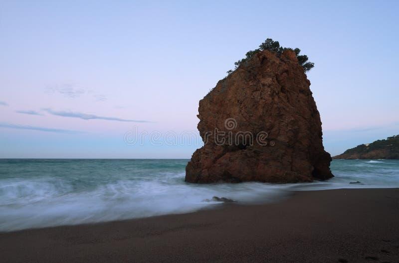 Îlot de roche connu sous le nom de 'roja d'Illa photographie stock libre de droits