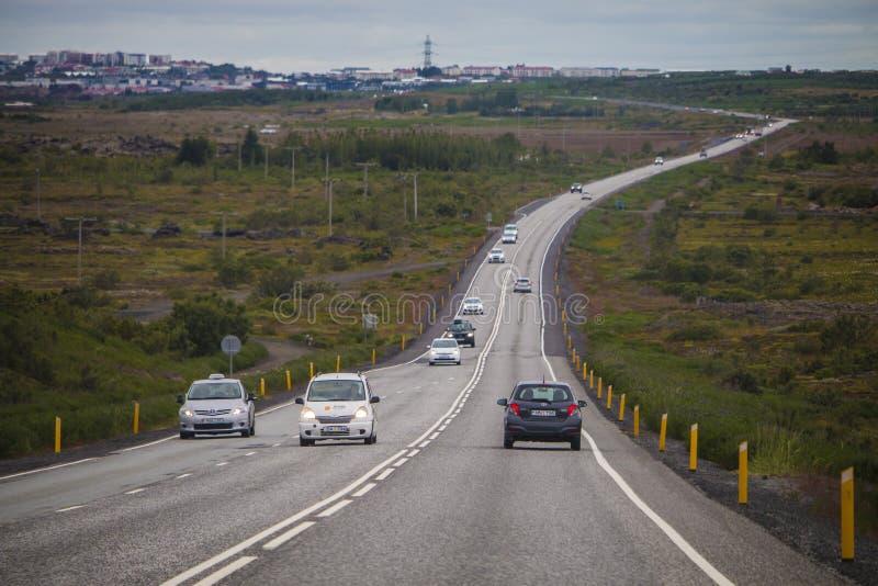 Ρέικιαβικ Ισλανδία - 8 Αυγούστου 2015 δρόμος στο Ρέικιαβικ, πλησιάζοντας την πόλη στοκ εικόνες