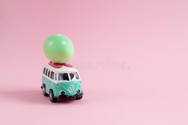 Ρήγα, Λετονία - 4 Μαρτίου 2019: Λεωφορείο χίπηδων με τα ζωηρόχρωμα αυγά Πάσχας στο μικροσκοπικό μικρό έμβλημα αυτοκινήτων στεγών στοκ φωτογραφίες