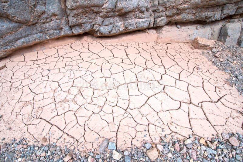 Ραγισμένη ξηρά λάσπη στα βουνά ερήμων στοκ εικόνες