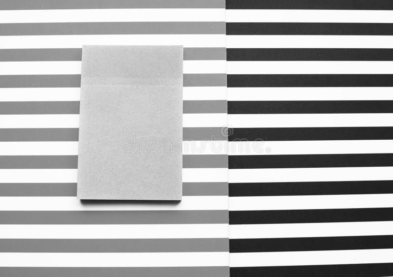 Ριγωτό αφηρημένο υπόβαθρο, γραπτά λωρίδες Αυτοκόλλητη ετικέττα για τις θέσεις στοκ φωτογραφίες