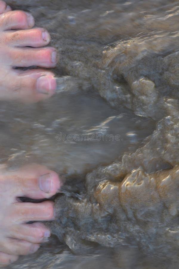 Ροές νερού πέρα από τα toe και την άμμο στοκ φωτογραφία με δικαίωμα ελεύθερης χρήσης