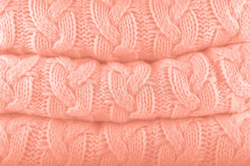 Ροζ ροδάκινων Ο φθινόπωρο-χειμώνας 2019-2020 χρωμάτων μόδας Pantone πλέκει το σωρό Θερμή άνετη έννοια χρωμάτων σπιτιών και μόδας στοκ φωτογραφίες