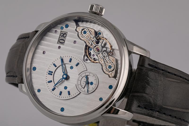 Ρολόι ατόμων με το μαύρο λουρί δέρματος, άσπρος πίνακας, μπλε δεξιόστροφα, ρωμαϊκοί αριθμοί, chronograph, χρονόμετρο με διακόπτη  στοκ φωτογραφία με δικαίωμα ελεύθερης χρήσης
