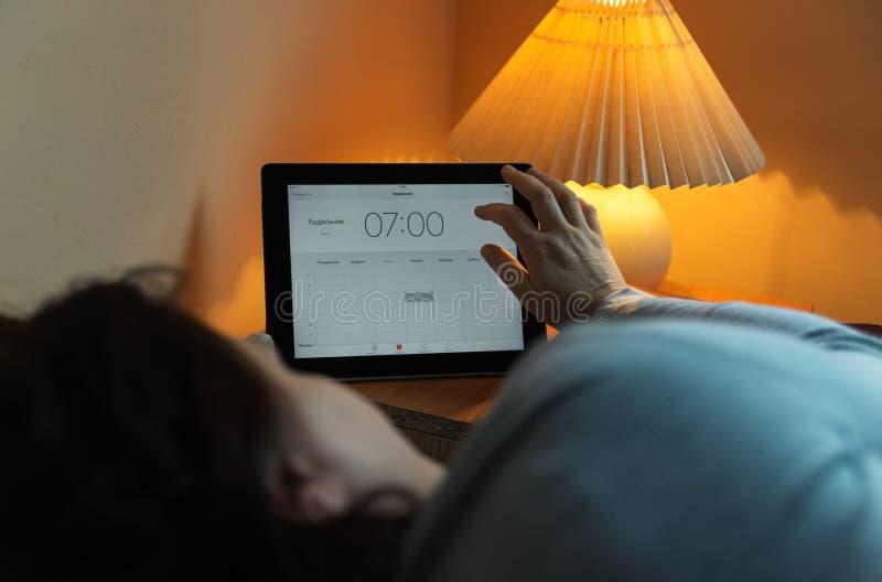 Ρολόι στο κινητό τηλέφωνο Ξυπνήστε νωρίς για να απασχοληθεί στο επόμενο πρωί στοκ φωτογραφίες