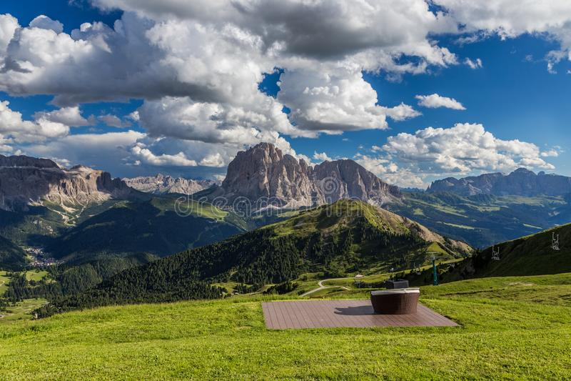 Ρομαντικά καθίσματα για να δει τη συναρπαστική άποψη του τοπίου δολομιτών στην αιχμή Secada, Ιταλία στοκ φωτογραφία με δικαίωμα ελεύθερης χρήσης