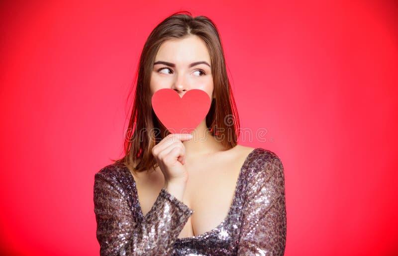 Ρομαντικός χαιρετισμός Ανάγνωση μιας κάρτας βαλεντίνων να είστε ο βαλεντίνος μο& Κόμμα ημέρας βαλεντίνων σας αγαπώ Αισθησιακό κορ στοκ φωτογραφίες