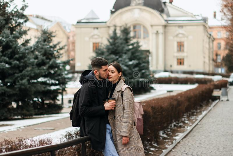 Ρομαντικό ζεύγος στην τοποθέτηση χειμερινών υφασμάτων στο κέντρο πόλεων στοκ εικόνες