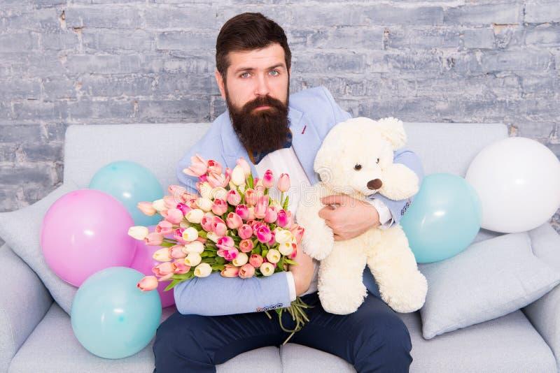 Ρομαντικό δώρο Φαλλοκράτης που παίρνει την έτοιμη ρομαντική ημερομηνία Μπλε ανθοδέσμη λουλουδιών λαβής δεσμών τόξων σμόκιν ένδυση στοκ φωτογραφία με δικαίωμα ελεύθερης χρήσης