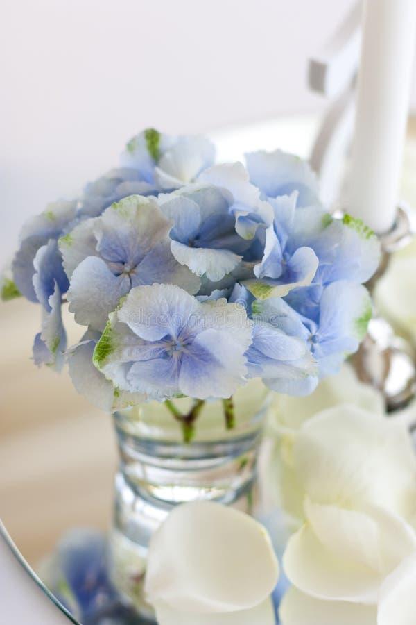 Ρύθμιση λουλουδιών με την μπλε κινηματογράφηση σε πρώτο πλάνο hydrangea με το γεγονός, συμπόσιο, ρομαντικό στοκ φωτογραφία με δικαίωμα ελεύθερης χρήσης