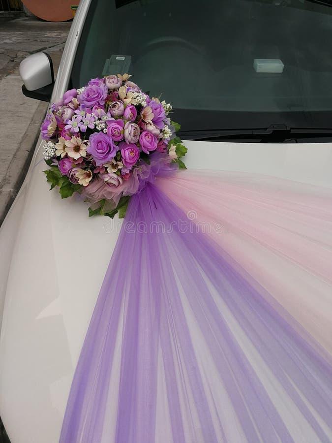 ρύθμιση τεχνητών λουλουδιών διακοσμήσεων γαμήλιων αυτοκινήτων στοκ φωτογραφία