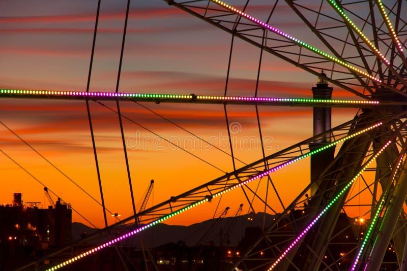 Ρόδα Ferris στη Γένοβα στο ηλιοβασίλεμα στοκ εικόνα με δικαίωμα ελεύθερης χρήσης