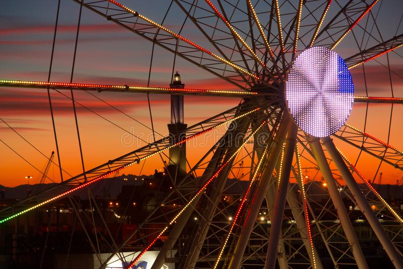 Ρόδα Ferris στη Γένοβα στο ηλιοβασίλεμα στοκ φωτογραφίες
