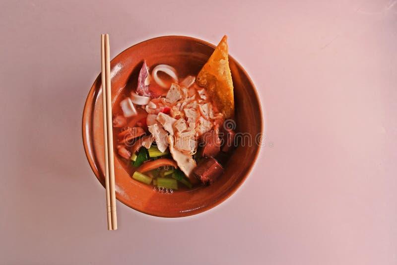 Ρόδινη σούπα νουντλς, γρήγορα και εύκολα τρόφιμα, δημοφιλή κινεζικά τρόφιμα στοκ φωτογραφίες